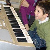 Un alumno de 3 años tocando el piano en la Escuela de Madrid Accion Piano